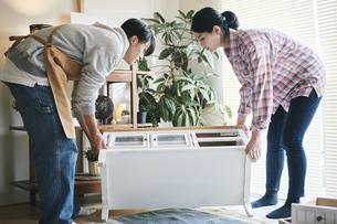 DIYをする男女の写真素材 [FYI04785133]