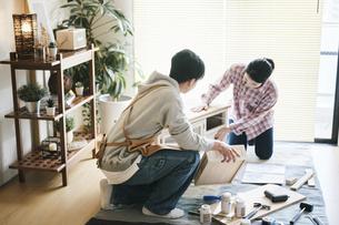 DIYをする男女の写真素材 [FYI04785138]