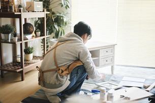 DIYをする男性の写真素材 [FYI04785139]