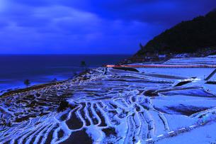 雪の能登半島 白米千枚田あぜのきらめき夜景の写真素材 [FYI04785158]