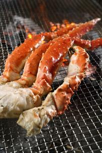 タラバ蟹の炭火焼きの写真素材 [FYI04785205]
