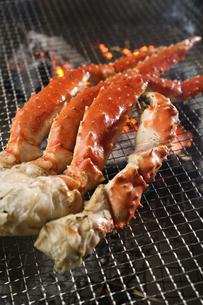 タラバ蟹の炭火焼きの写真素材 [FYI04785206]