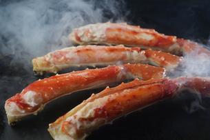 タラバ蟹の鉄板焼きの写真素材 [FYI04785209]