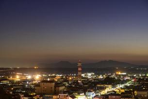 夜景 美しい夜空を背景に菊池市街地の夜景風景 菊池公園2021年の写真素材 [FYI04785273]