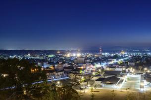 夜景 美しい夜空を背景に菊池市街地の夜景風景 菊池公園2021年の写真素材 [FYI04785276]