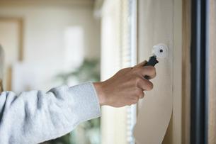 DIYをする男性の写真素材 [FYI04785289]