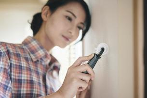 DIYをする女性の写真素材 [FYI04785292]