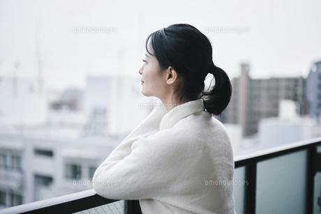 ベランダで景色を眺める女性の写真素材 [FYI04785315]