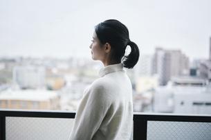 ベランダで景色を眺める女性の写真素材 [FYI04785319]