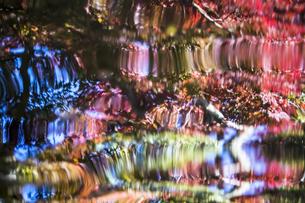 様々な色彩を映し出す水の波紋の抽象的な背景素材用写真の写真素材 [FYI04785369]
