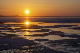 氷が浮かぶ春の湖の夕暮れ サロマ湖の写真素材 [FYI04785393]