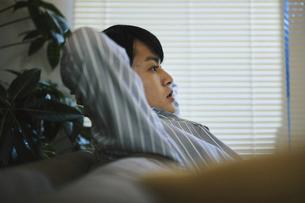 家内でくつろぐ男性の写真素材 [FYI04785521]