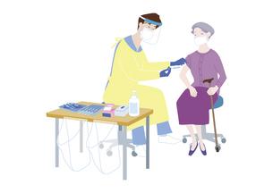 予防接種会場で、新型コロナウイルス感染症のワクチン接種を受けるシニア女性のイラスト素材 [FYI04785687]