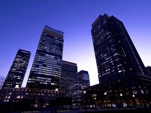 東京都 丸の内・ビジネス街の夕暮れの写真素材 [FYI04785871]