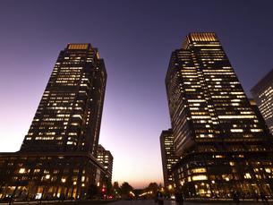 東京都 丸の内・ビジネス街の夕暮れの写真素材 [FYI04785873]