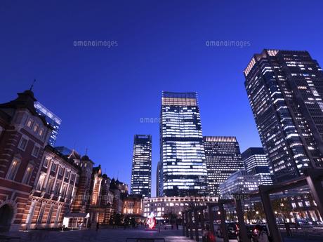 東京都 丸の内・ビジネス街の夕暮れの写真素材 [FYI04785875]