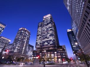 東京都 丸の内・ビジネス街の夕暮れの写真素材 [FYI04785876]