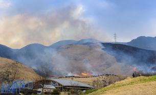 阿蘇俵山野焼き風景2020年3月15日の写真素材 [FYI04785928]