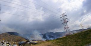 阿蘇俵山野焼き風景2020年3月15日の写真素材 [FYI04785935]