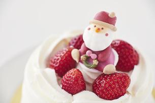 サンタクロースとクリスマスケーキの写真素材 [FYI04785973]