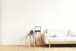 部屋に置かれたスツールとソファの写真素材 [FYI04785978]