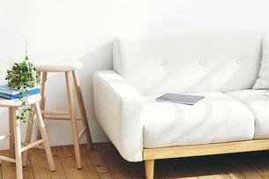 部屋に置かれたスツールとソファの写真素材 [FYI04785979]
