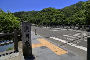 6月 嵐山の渡月橋の写真素材 [FYI04786034]