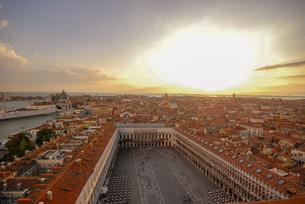水の都世界遺産ベネチアの夕暮れ、バラ色のロマンチックな風景の写真素材 [FYI04786041]