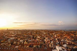 水の都世界遺産ベネチアの夕暮れ、バラ色のロマンチックな風景の写真素材 [FYI04786042]