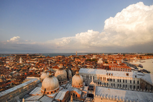 水の都世界遺産ベネチアの夕暮れ、バラ色のロマンチックな風景の写真素材 [FYI04786043]