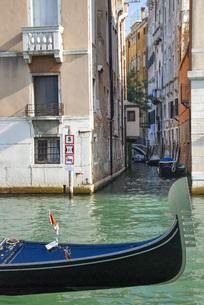 水の都ヴェネチアと運河と船の写真素材 [FYI04786044]