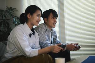 家内でゲームをする男女の写真素材 [FYI04786141]