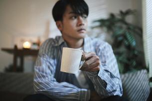 家内でコーヒーを飲む男性の写真素材 [FYI04786163]