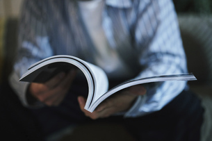 家内で本を読む男性の写真素材 [FYI04786170]