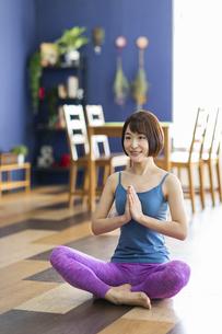 お家でヨガをする若い女性の写真素材 [FYI04786381]