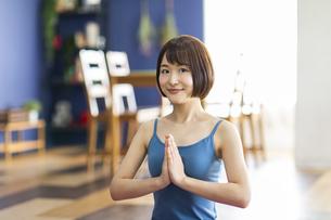 お家でヨガをする若い女性の写真素材 [FYI04786389]