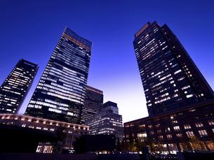 東京都 丸の内・ビジネス街の夕暮れの写真素材 [FYI04786637]
