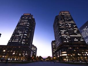 東京都 丸の内・ビジネス街の夕暮れの写真素材 [FYI04786638]