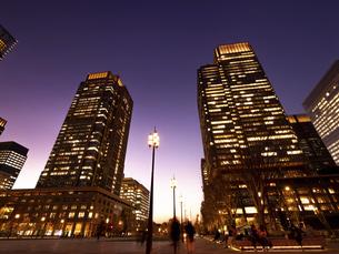 東京都 丸の内・ビジネス街の夕暮れの写真素材 [FYI04786639]