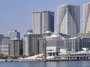 東京都 晴海客船ターミナルと高層マンション街の写真素材 [FYI04786646]