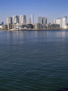 東京都 晴海客船ターミナルと高層マンション街の写真素材 [FYI04786651]