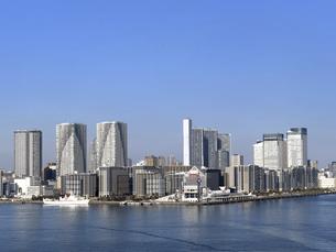 東京都 晴海埠頭と高層マンション街の写真素材 [FYI04786655]
