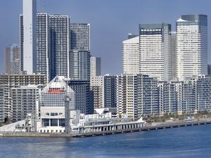 東京都 晴海埠頭と高層マンション街の写真素材 [FYI04786657]