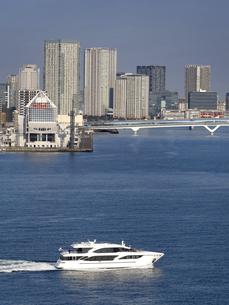 東京都 晴海客船ターミナルと高層マンション街の写真素材 [FYI04786668]