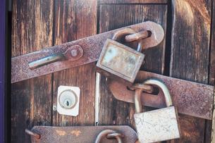 鍵のあるドアの写真素材 [FYI04786735]