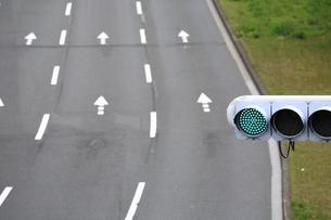 道路通行区分と信号機の写真素材 [FYI04786915]