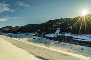 日本の冬景色 石川県白山市の手取川沿いの写真素材 [FYI04786950]