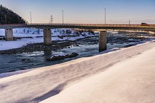 北陸の雪景色 石川県白山市の手取川沿いの写真素材 [FYI04786952]