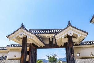 お城の門と青空の写真素材 [FYI04786969]