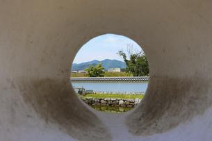 城壁の丸い穴から外をのぞくの写真素材 [FYI04786975]